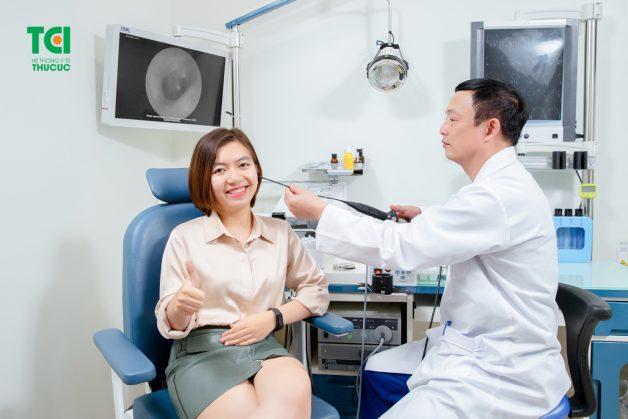 Bác sĩ tiến hành thăm khám vùng tai mũi họng bằng phương pháp nội soi ống mềm tân tiến