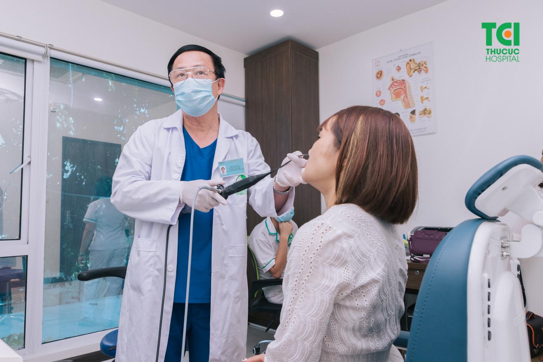 Bác sĩ sử dụng phương pháp nội soi ống mềm để thăm khám cho bệnh nhân