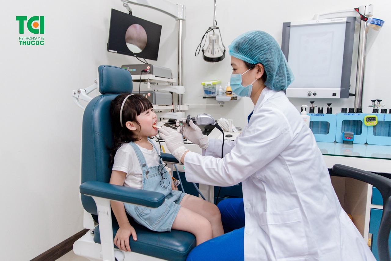 Để biết trẻ em cắt amidan có nên không, trước hết hãy đưa trẻ đi thăm khám