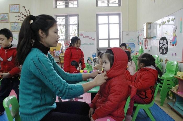 Giữ ấm cơ thể trong mùa lạnh là điều cần thiết giúp trẻ phòng bệnh tai mũi họng mùa lạnh