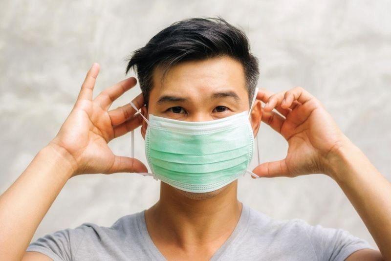 Đeo khẩu trang khi di chuyển trong môi trường khói bụi, ô nhiễm giúp bảo vệ mũi miệng hạn chế tiếp xúc với tác nhân gây hại