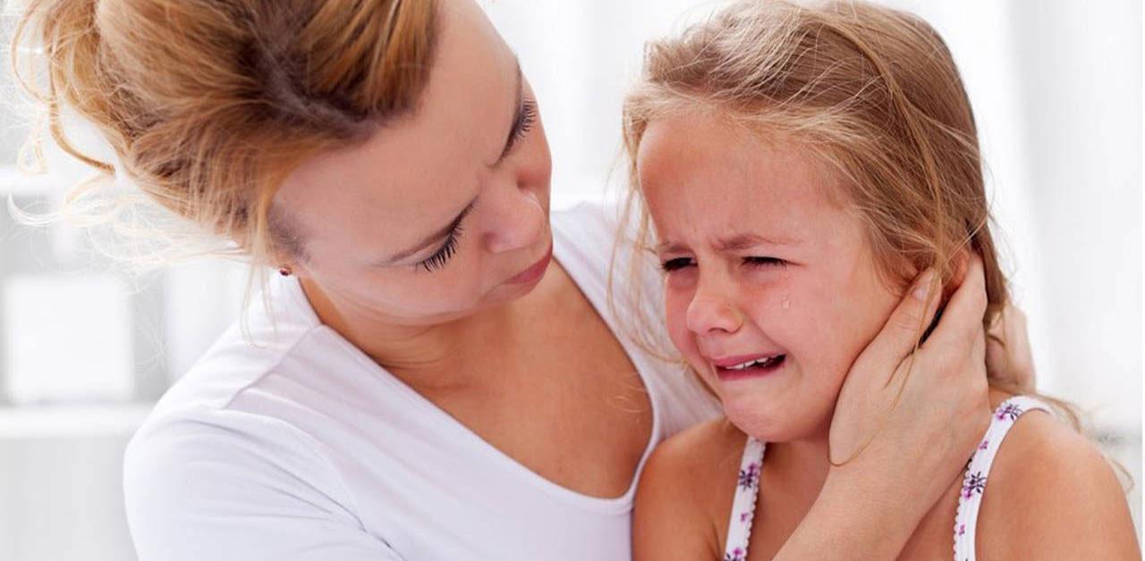 Trẻ đau tai, ngứa tai là biểu hiện viêm tai giữa điển hình