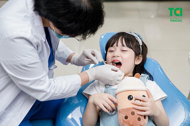 Bố mẹ cần phải cho con đi khám khi có dấu hiệu viêm họng sốt cao để được bác sĩ điều trị kịp thời