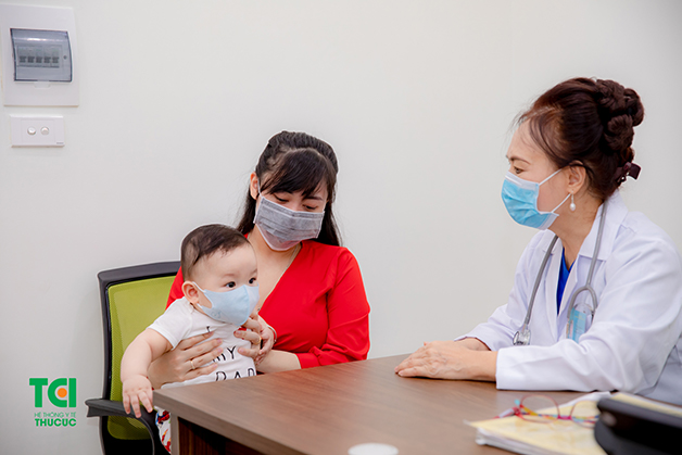 Bố mẹ nên cho con đi khám nếu bé bị nôn trớ nhiều lần trong ngày