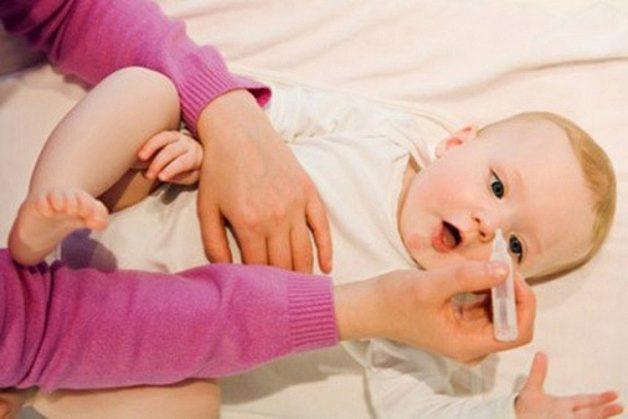 Bố mẹ nên rửa mũi hàng ngày cho trẻ bằng nước muối sinh lý