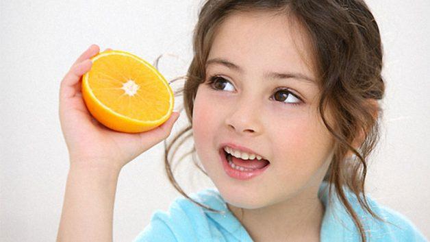 Bố mẹ nên cho trẻ ăn thêm nhiều rau xanh và trái cây tươi để tăng cường sức đề kháng