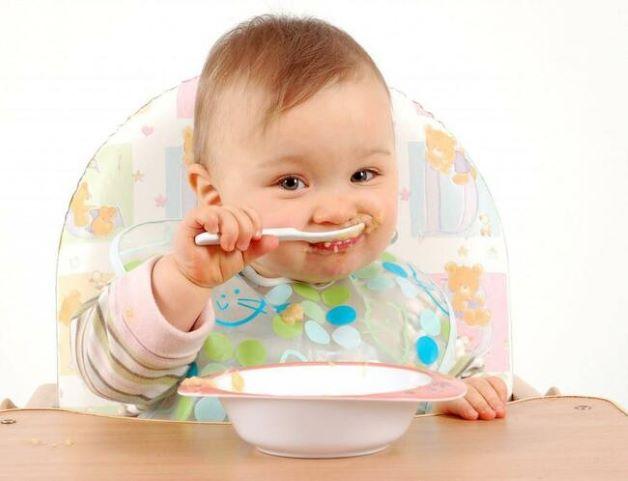 Trẻ 6 tháng bắt đầu ăn dặm, điều này sẽ dẫn đến các vấn đề về đường tiêu hóa, trẻ sẽ gặp các triệu chứng như: đầy bụng, táo bón, biếng ăn…