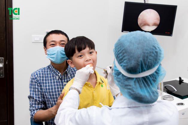 Vì không phải trẻ nào cũng đủ điều kiện để thực hiện cắt amidan. Do đó, cha mẹ cần đưa trẻ đi thăm khám để bác sĩ chuyên khoa nắm được tình trạng sức khỏe của trẻ.