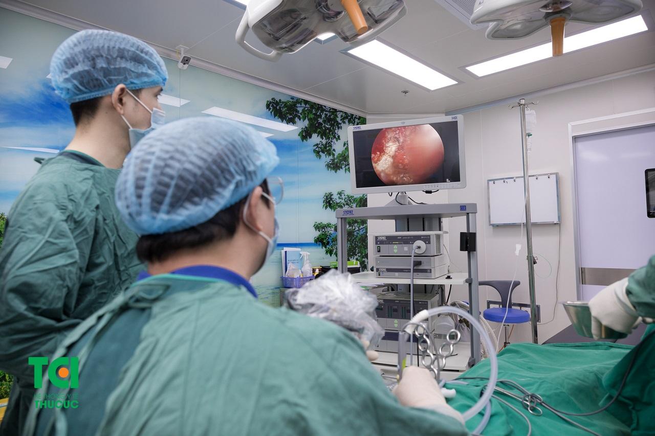 Hình ảnh một ca phẫu thuật cắt amidan bằng dao Plasma Plus tại BV ĐKQT Thu Cúc