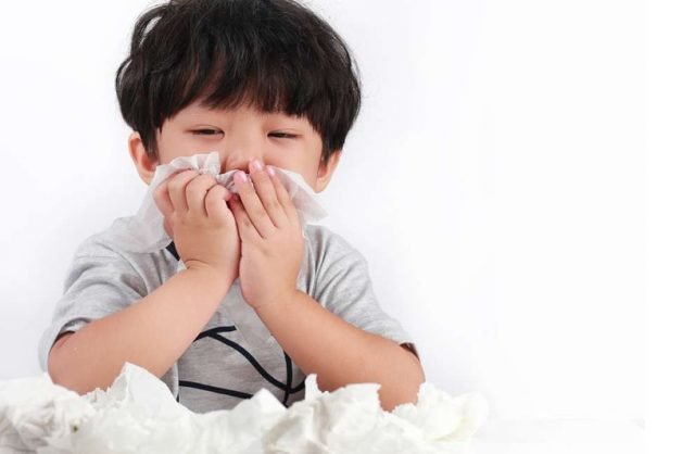 Có nhiều nguyên nhân gây ra bệnh viêm hô hấp trên ở trẻ