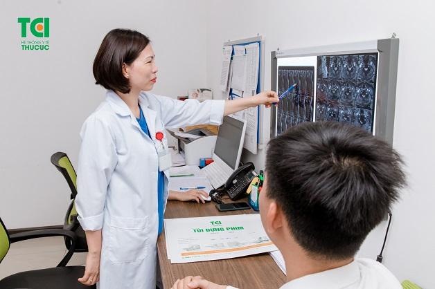 Khi có biểu hiện đau đầu đau tai bạn cần được khám với chuyên gia Nội thần kinh.
