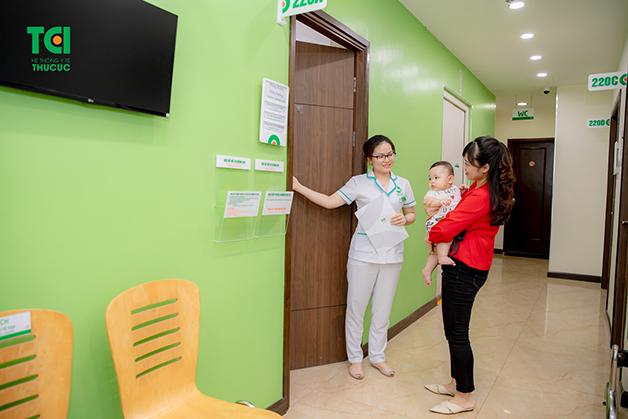 Bố mẹ nên đưa trẻ sơ sinh bị đi ngoài đi khám bác sĩ