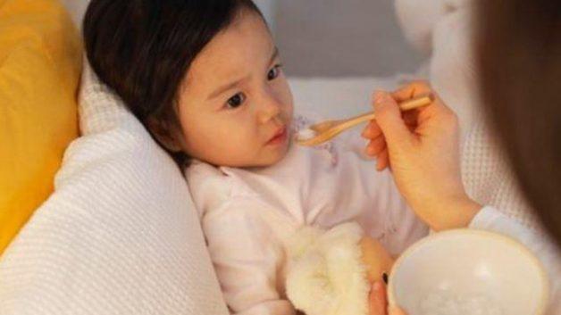 Khi bị sốt amidan, trẻ thường chán ăn và mệt mỏi