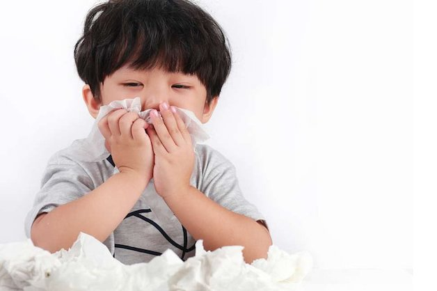 Mẹ có thể nhận biết con bị viêm VA hay không qua dấu hiệu trẻ thường xuyên ngạt mũi kéo dài, khó thở hoặc thở khò khè...