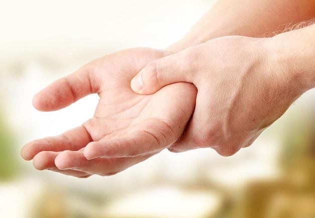bệnh parkinson giai đoạn đầu thường có dấu hiệu run rất nhẹ, thỉnh thoảng có thể hơi cứng cổ tay, khó cầm nắm nên đôi khi người bệnh thường chủ quan bỏ qua.