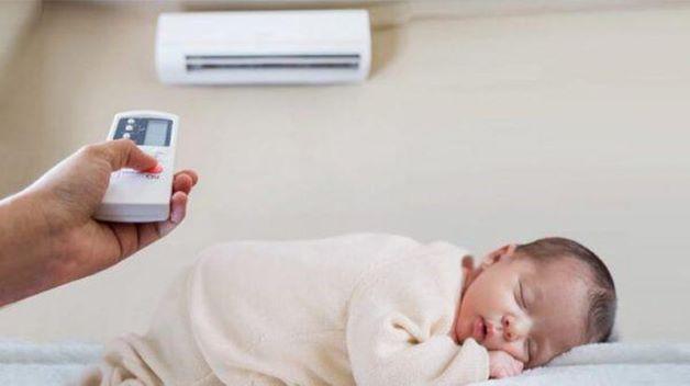 Khi trẻ nằm điều hòa, cần lưu ý về nhiệt độ sao cho phù hợp, chỉ nên chênh lệch với nhiệt độ bên ngoài từ 2 đến 3 độ C