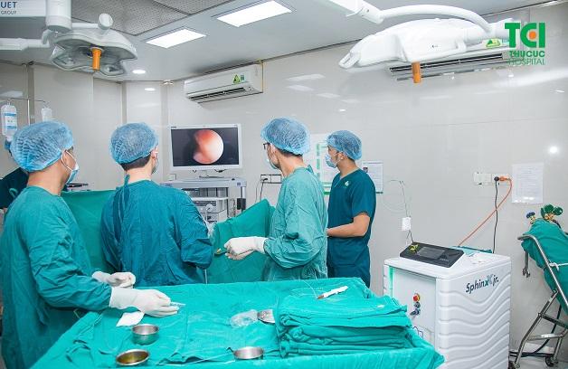 Một ca nội soi tán sỏi được thực hiện tại Bệnh viện ĐKQT Thu Cúc