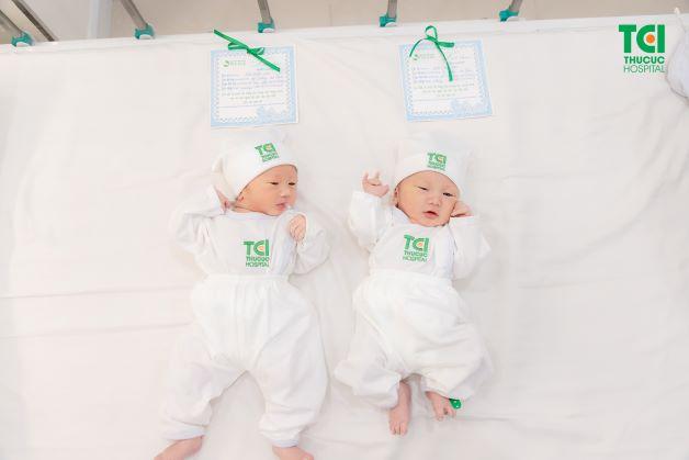 Quá trình thụ thai sinh đôi cùng trứng được diễn ra sau khi được thụ tinh phân chia thành 2 phôi và từ đó phát triển thành hai cá thể riêng biệt.