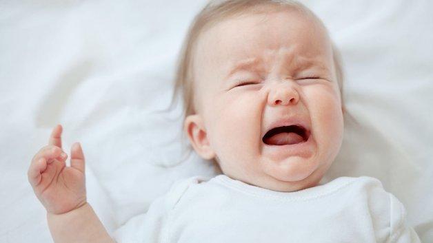 Sốt cao co giật trẻ em dạng đơn giản có thể có biểu hiện khóc thét lên.