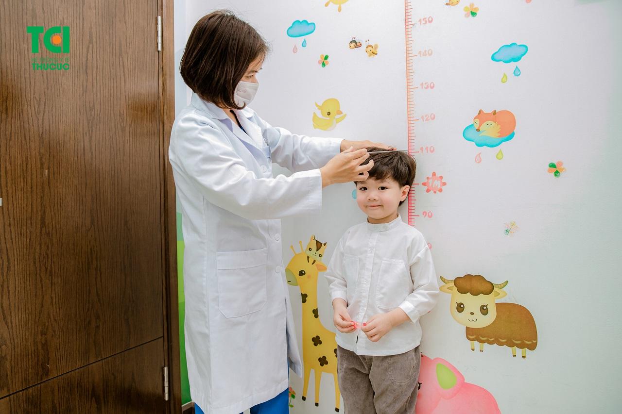 Chiều cao là một trong những yếu tố giúp đánh giá tình trạng suy dinh dưỡng ở trẻ em