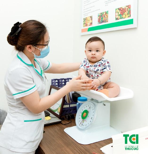 Kiểm tra cân nặng cho bé