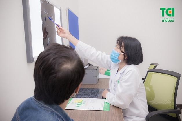 Khi bị rụng tóc quá nhiều, bạn nên đi khám sớm để được xác định nguyên nhân và tư vấn biện pháp điều trị kịp thời.
