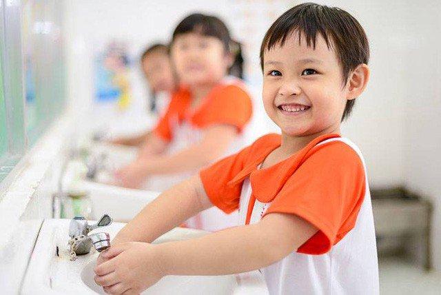Hướng dẫn trẻ những thói quen đơn giản như rửa tay sau khi tiếp xúc môi trường không sạch, sau khi đi vệ sinh và trước khi ăn,... là cách hiệu quả để phòng bệnh