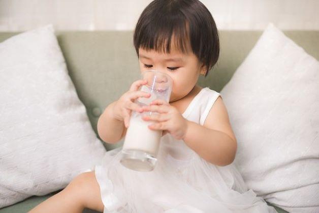 Trẻ đang dùng sữa công thức không phù hợp.là một trong những nguyên nhân gây táo bón ở trẻ