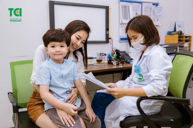 Để xác định đúng nguyên nhân, triệu chứng và phương pháp điều trị đúng cách, cha mẹ cần đưa trẻ đến các cơ sở y tế để trẻ được thăm khám, tư vấn và điều trị chính xác bệnh