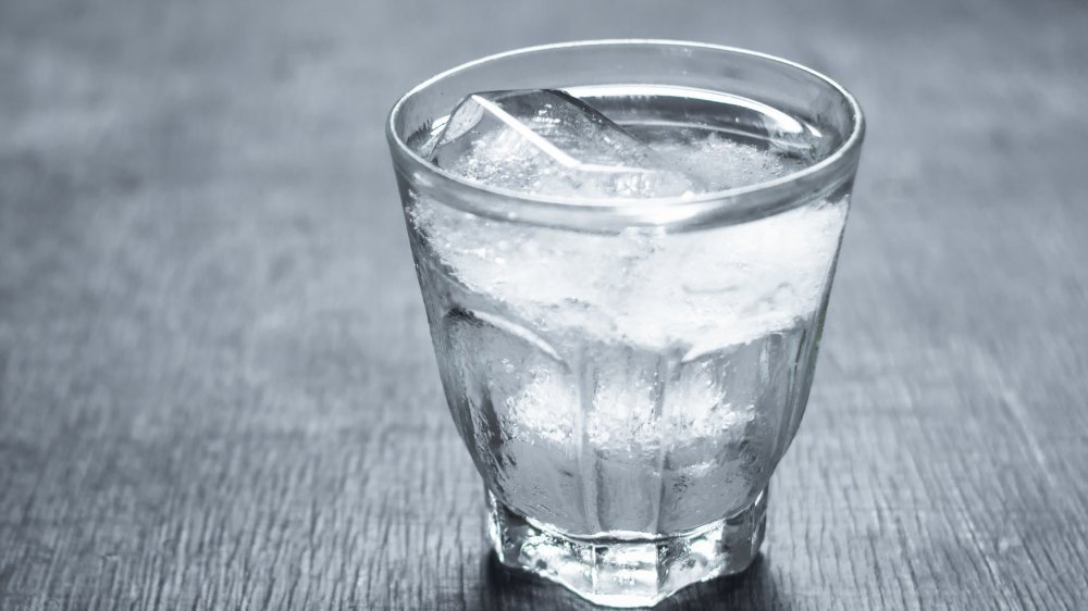 Hạn chế cho trẻ uống nước lạnh là biện pháp biệu quả giúp phòng ngừa viêm amidan