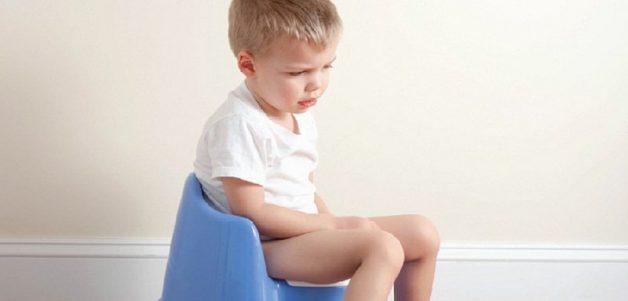 Trẻ bị tiêu chảy, phân thường có nước và có mùi hôi tanh