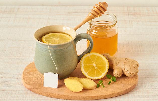 Để làm dịu cơn ho của trẻ, mẹ có thể cho bé uống nước chanh mật ong pha loãng.