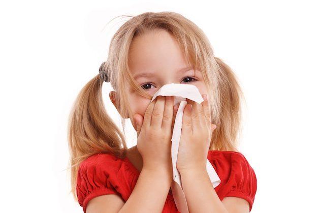 Dùng khăn giấy khô, mềm để thấm nước mũi, làm thông thoái mũi cho bé.