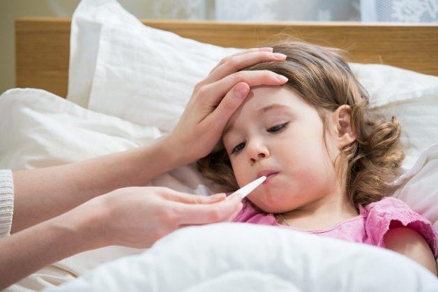 Trẻ bị viêm họng sốt cao khiến bố mẹ cảm thấy lo lắng