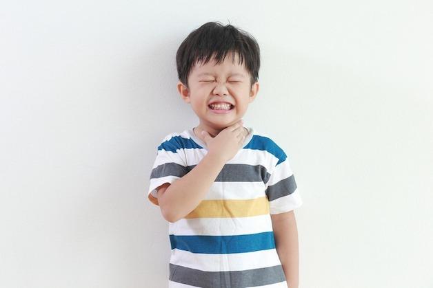 Trẻ bị viêm VA thường có dấu hiệu đau họng, chán ăn, khó nuốt.