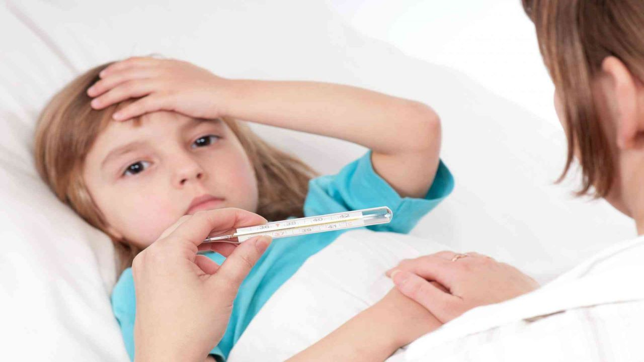 Trẻ mọc răng sốt 38 5 độ cha mẹ cần lưu ý những gì?