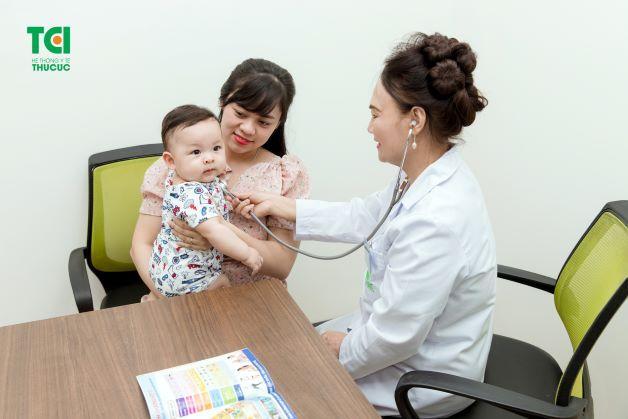 Khi nghi ngờ hoặc phát hiện trẻ bị lên sởi, cha mẹ cần đưa trẻ đến bệnh viện để được bác sĩ thăm khám và có phương pháp xử lý đúng cách, hiệu quả.