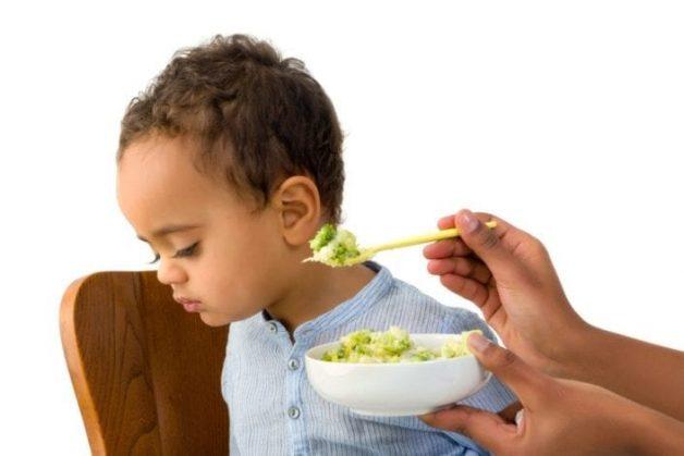Đối với trẻ nhỏ, thường có biểu hiện trẻ chán ăn vì khi nuốt, cổ họng trẻ bi đau rát