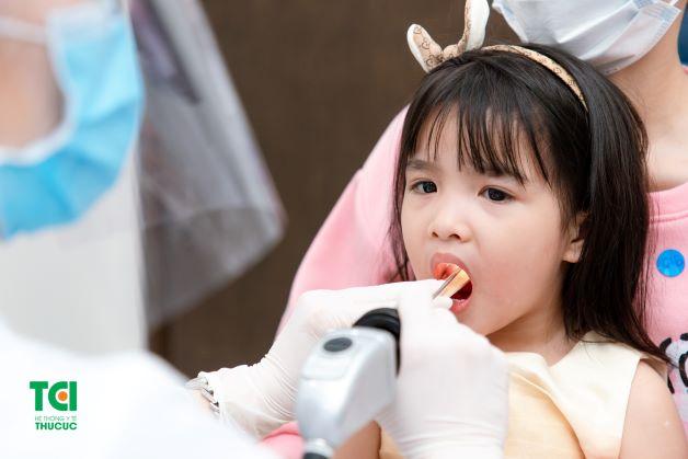 Viêm thanh quản ở trẻ nhỏ là bệnh viêm nhiễm xảy ra ở thanh quản, khí quản, phế quản của trẻ. Đây là khá phổ biến và thường xảy ra ở trẻ nhỏ dưới 6 tuổi.