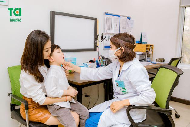 khi trẻ có những dấu hiệu bất thường của viêm thanh quản, cha mẹ cần đưa trẻ đến ngay đến bệnh viện để được bác sĩ chẩn đoán và điều trị kịp thời.