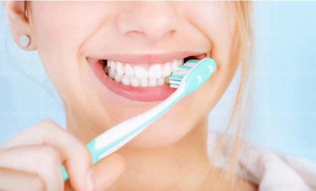 Vệ sinh răng miệng không sạch sẽ là một trong những nguyên nhân gây viêm Amidan