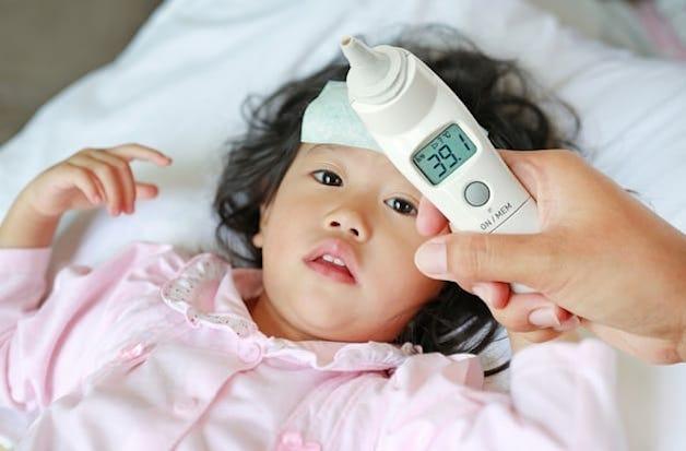 Sốt toàn thân là triệu chứng điển hình nhất của tình trạng viêm amidan cấp ở trẻ.