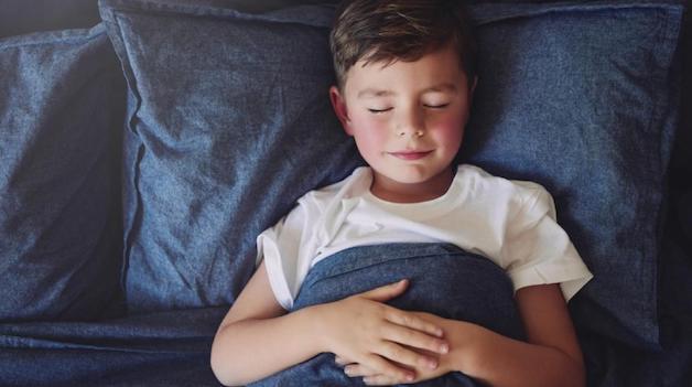 Khi thấy trẻ bị viêm amidan cấp, cha mẹ nên cho trẻ nghỉ ngơi.