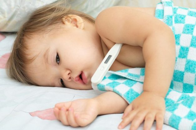 trẻ bị viêm họng sốt cao