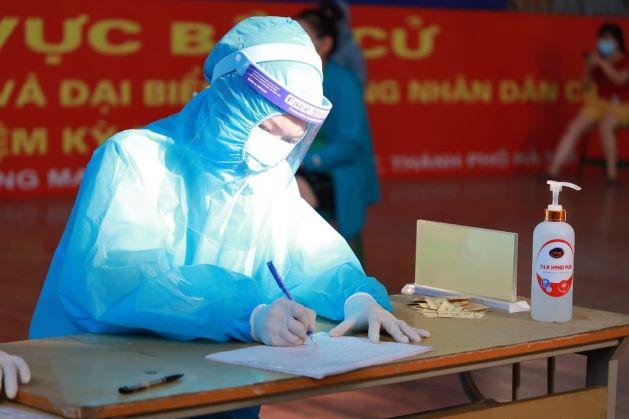 Giữa nắng nóng gay gắt của mùa hè Hà Nội, các y bác sĩ Thu Cúc TCI miệt mài làm việc để khẩn trương lấy mẫu xét nghiệm cho người dân.