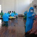 Đoàn y bác sĩ Thu Cúc TCI thực hiện lấy mẫu xét nghiệm sàng lọc Covid-19 quận Cầu Giấy
