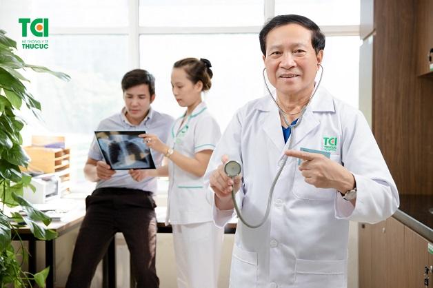 Nghe tim có tiếng thổi là một trong những triệu chứng của bệnh thấp tim.