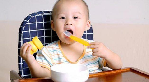 Bố mẹ nên cho con ăn thức ăn loãng khi trẻ bị sốt