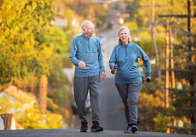 tìm hiểu đau thần kinh tọa có nên đi bộ không
