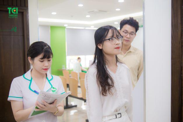 trong lần khám thai đầu tiên, mẹ bầu còn được khám sức khỏe tổng quát, thực hiện xét nghiệm nhằm đánh giá sức khỏe tổng quát.